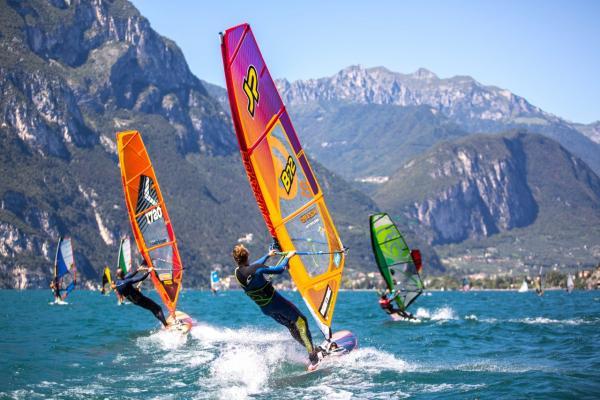 Ein Tag von Windsurfen am Gardasee